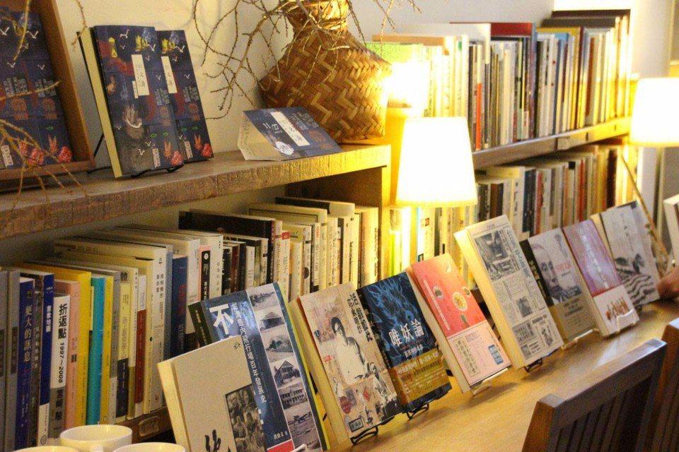 「一本書店」的閱讀空間簡單又溫馨,也常舉辦講座互相交流。(圖片來源/一本書店FB...