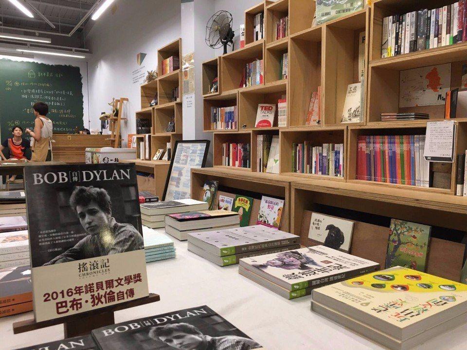 「新手書店」可以買到許多獨立雜誌。(圖片來源/新手書店FB粉絲團)