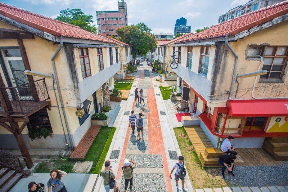 由舊時審計處的員工眷舍改建而成的「審計新村」,成功轉型為青年創業基地。(圖片來源...