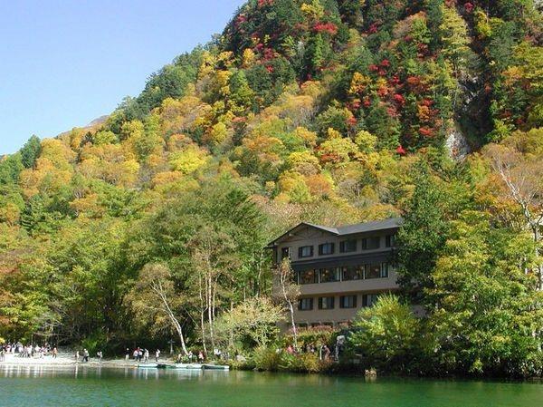 從「上高地大正池飯店」的各個角度,能欣賞清澈大正池水映照楓紅山景的美麗景觀。圖/樂天旅遊提供