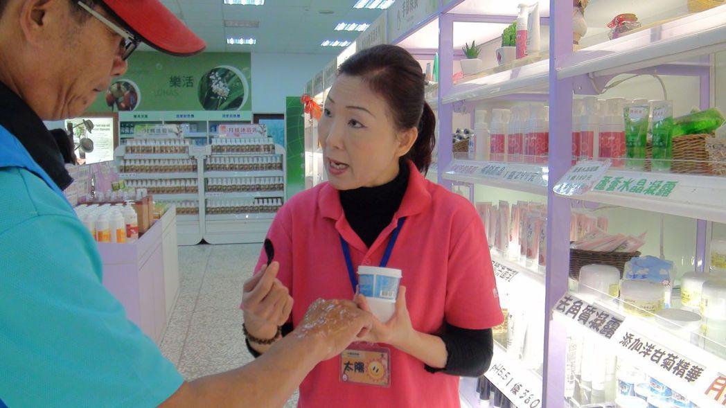 嘉義市「月桃故事館」吸引不少團體遊客造訪,在賣場區陳列業者自行開發的商品供試用。...