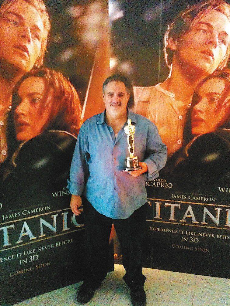 「鐵達尼號」製片帶著奧斯卡最佳影片獎座為3D版造勢。圖/報系資料照片