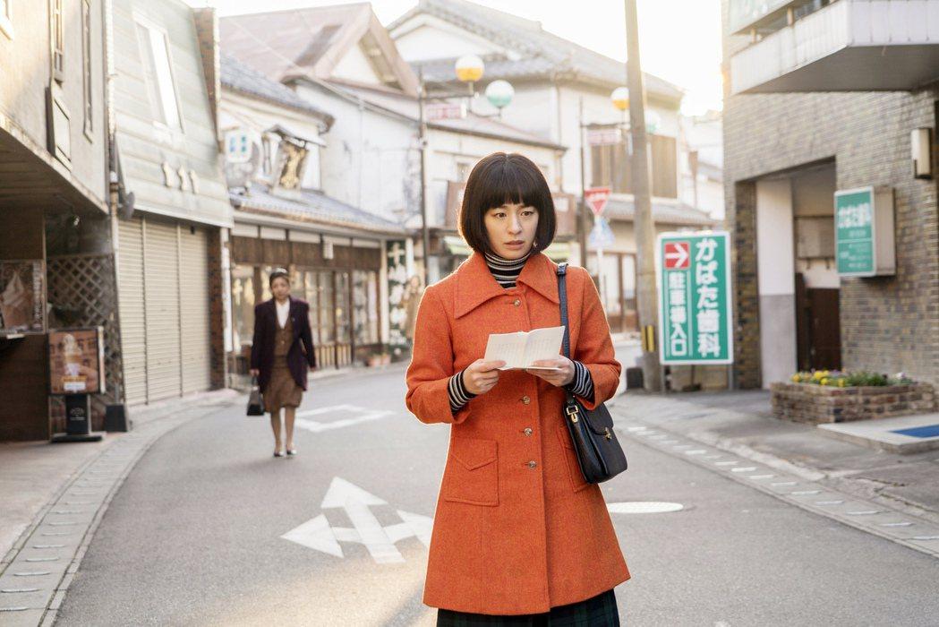 尾野真千子在「解憂雜貨店」扮演關鍵角色。圖/華映提供