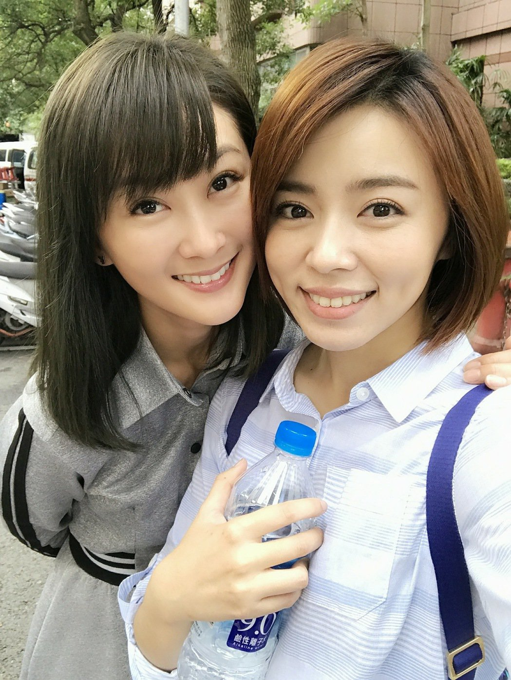 陳珮騏(左)和王瞳二個八點檔對打台女主角竟街頭巧遇。 圖/摘自臉書