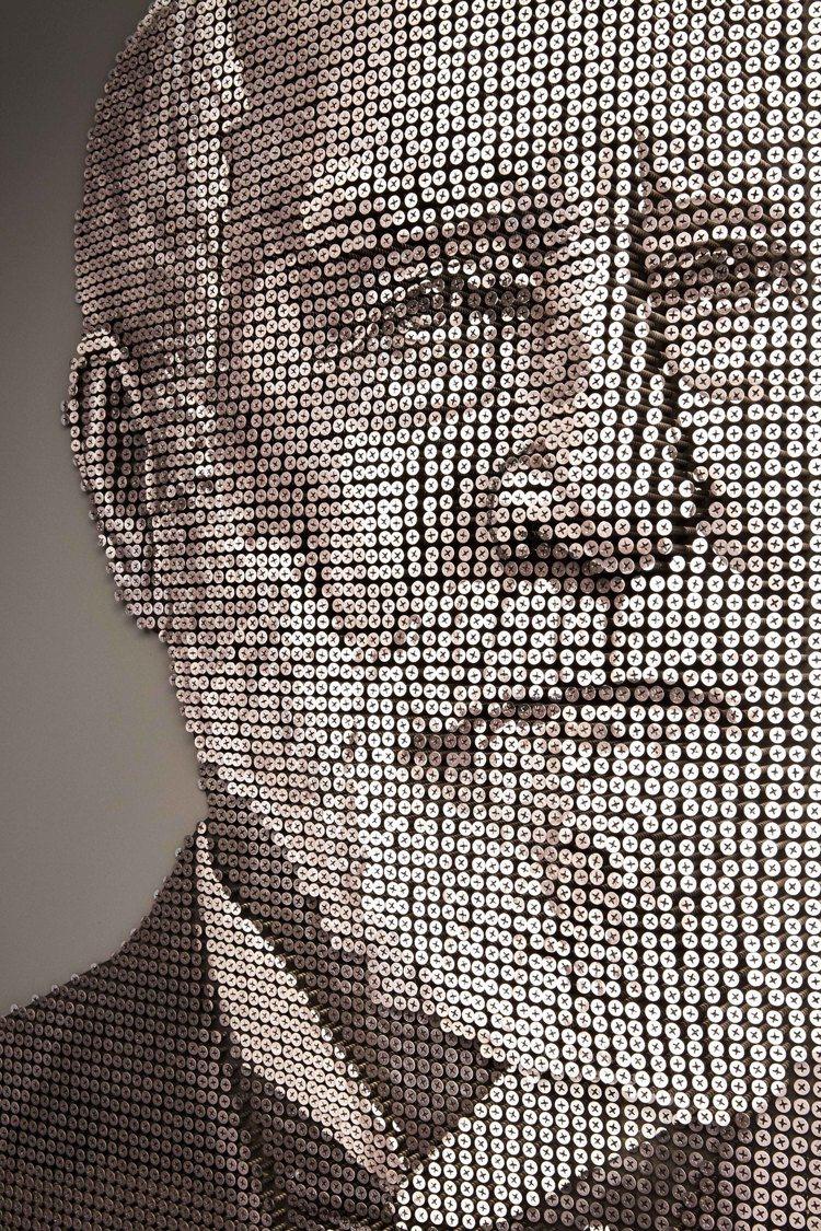 紐約第五大道旗艦店四樓牆上裝飾以8000個螺絲打造出Tiffany品牌創辦人Ch...