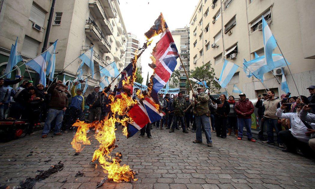 阿根廷示威群眾去年十月在英國住布宜諾斯艾利斯大使館外,焚燒英國國旗,抗議英國軍方...