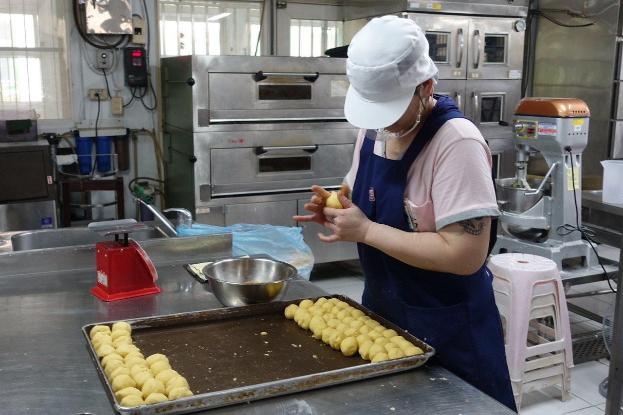 高雄女監收容人,專心製作烘焙產品。 記者劉星君/攝影