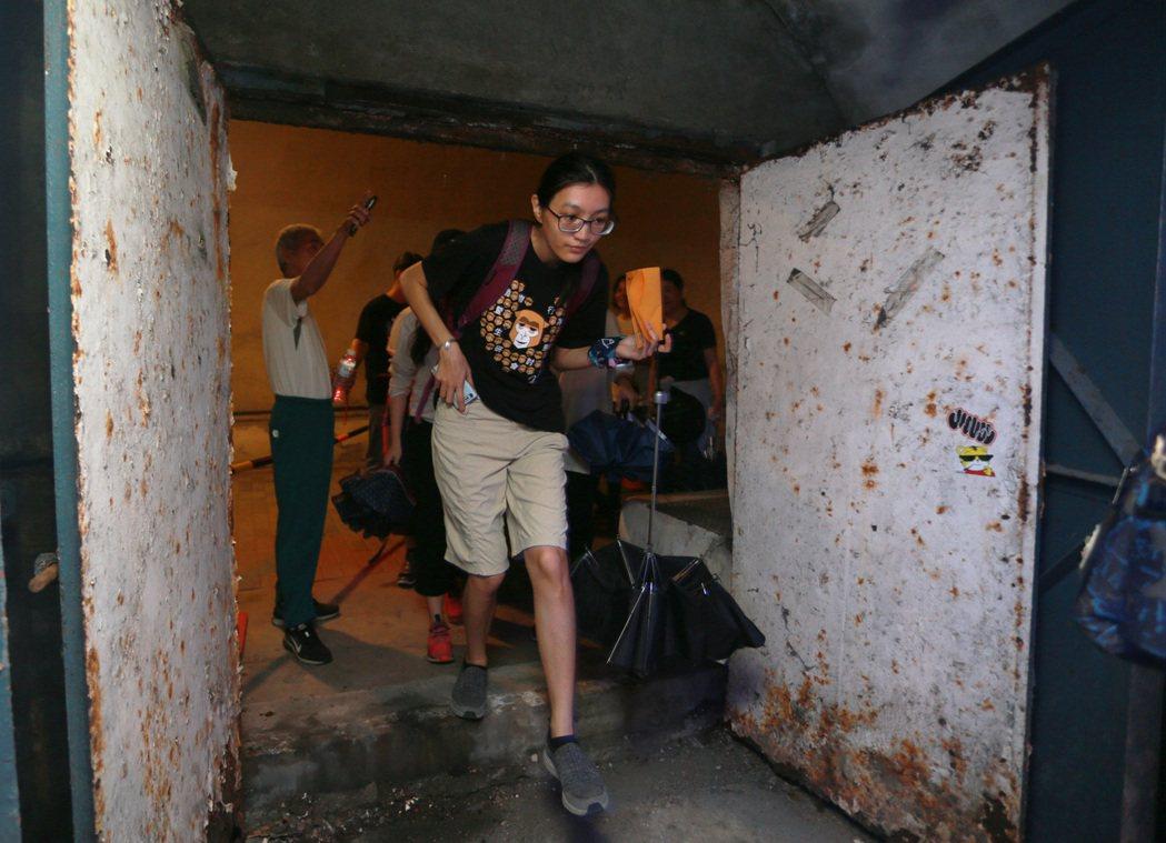 封閉已久的鐵門被開啟,民眾得以跨進西灣隧道祕境。 記者劉學聖/攝影