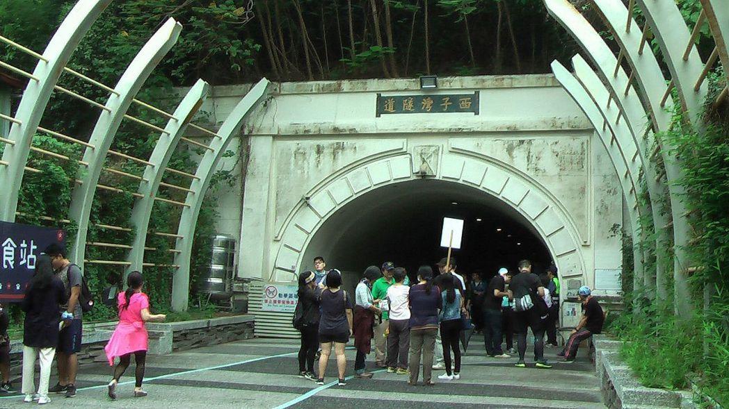 哈瑪星與中山大學間的西子灣隧道內,還有錯綜複雜的祕道可容納兩千多人的戰時避難所。...
