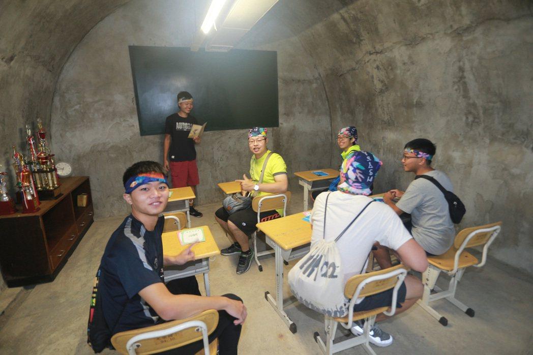 高雄市都發局11月18、19日將在西子灣隧道內舉辦「西灣學堂」,以「求學回憶」裝...