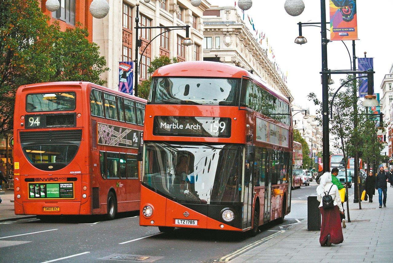 倫敦雙層巴士。 陳思宏/圖片提供