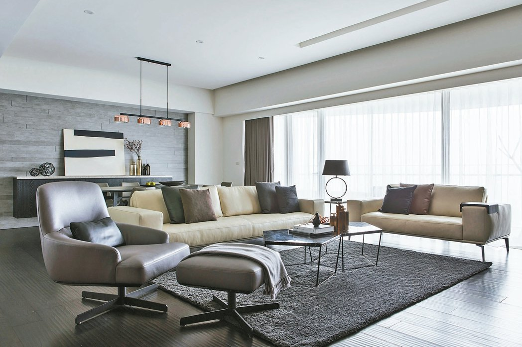客廳鋪設一塊地毯,讓家人一起窩著看電視聊天談心事,增添居家溫暖氛圍。 信義居家/...