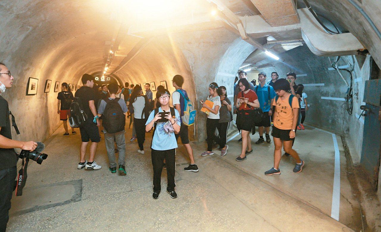西子灣隧道內的作戰指揮部首度開放,讓民眾大開眼界,體驗當年緊張氣氛。 記者劉學聖...