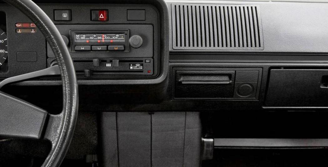 第一代的Volkswagen Golf只有收音機。 摘自Motor 1