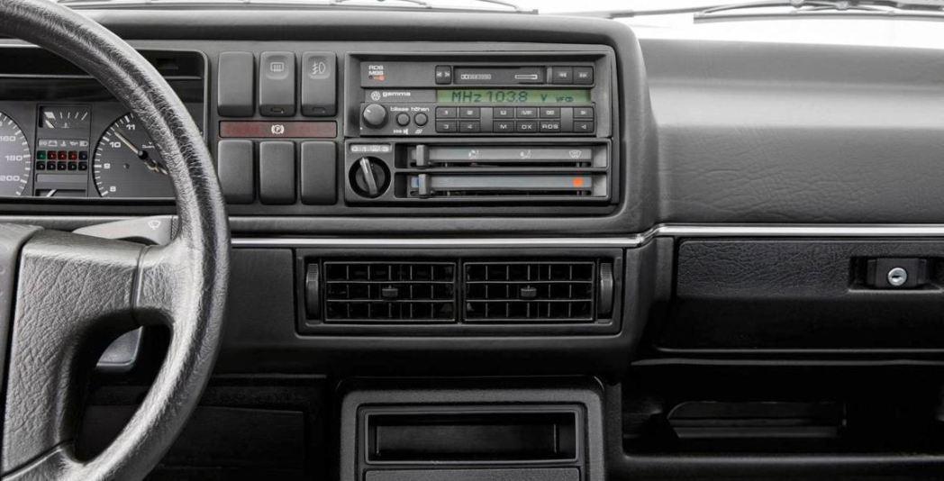 第二代的Volkswagen Golf則將錄音帶撥放器與收音機整合為一體。 摘自...