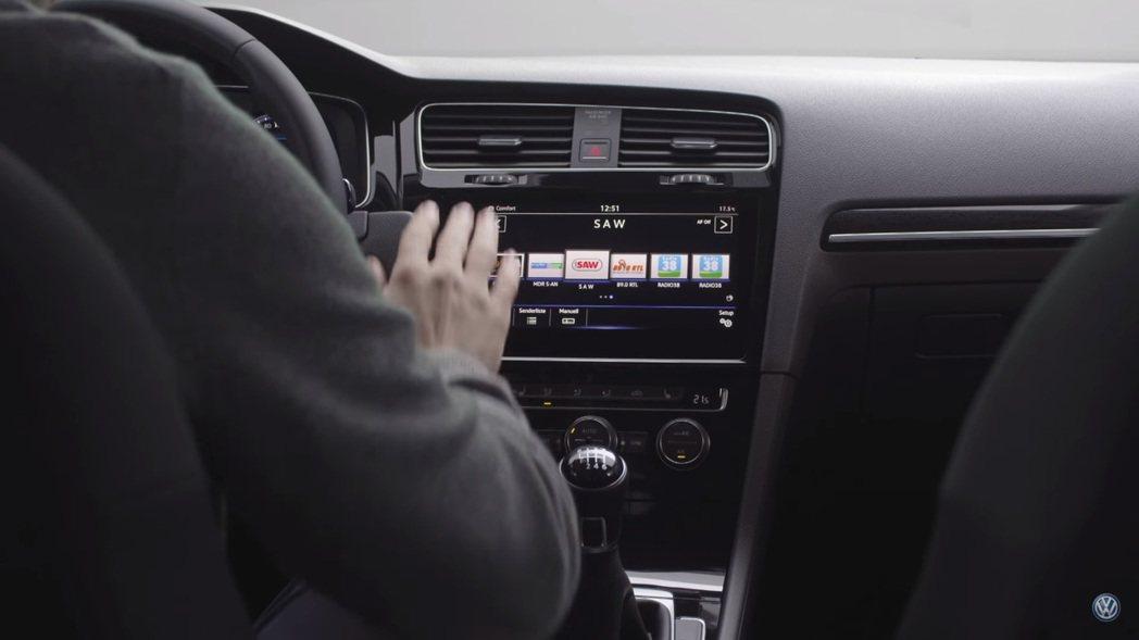 擁有手勢控制功能的影音娛樂系統。 摘自Motor 1