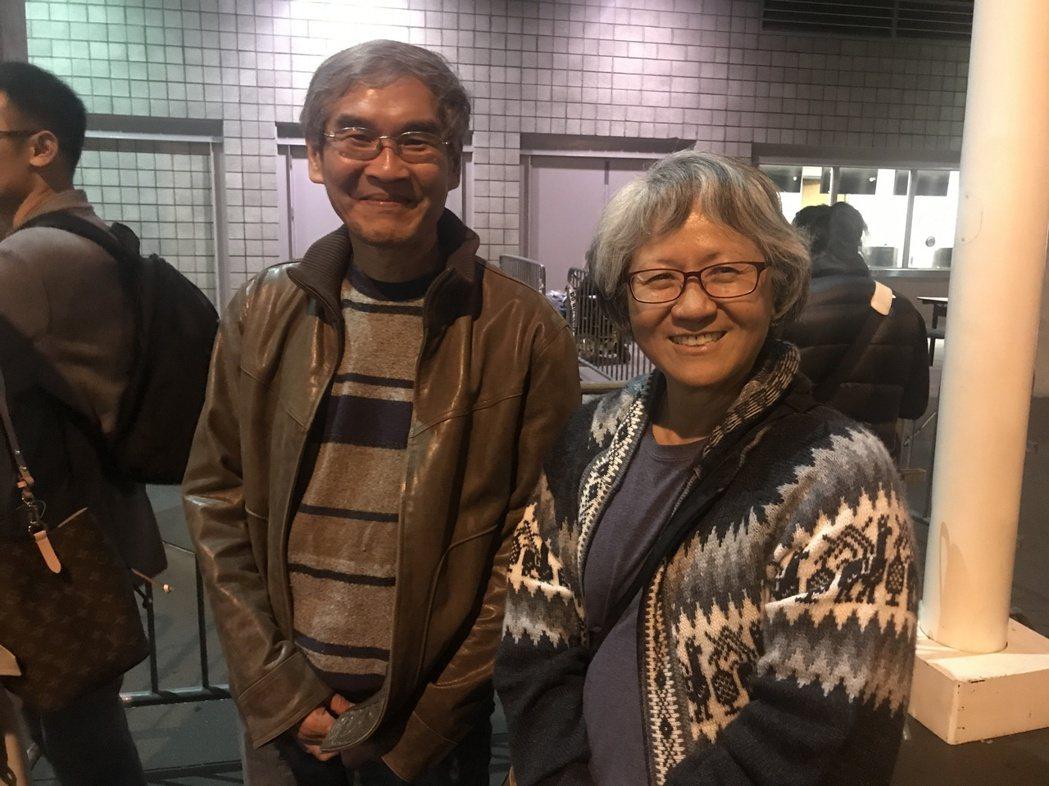 吳女士和好友徐先生到場支持五月天。記者梅衍儂/攝影