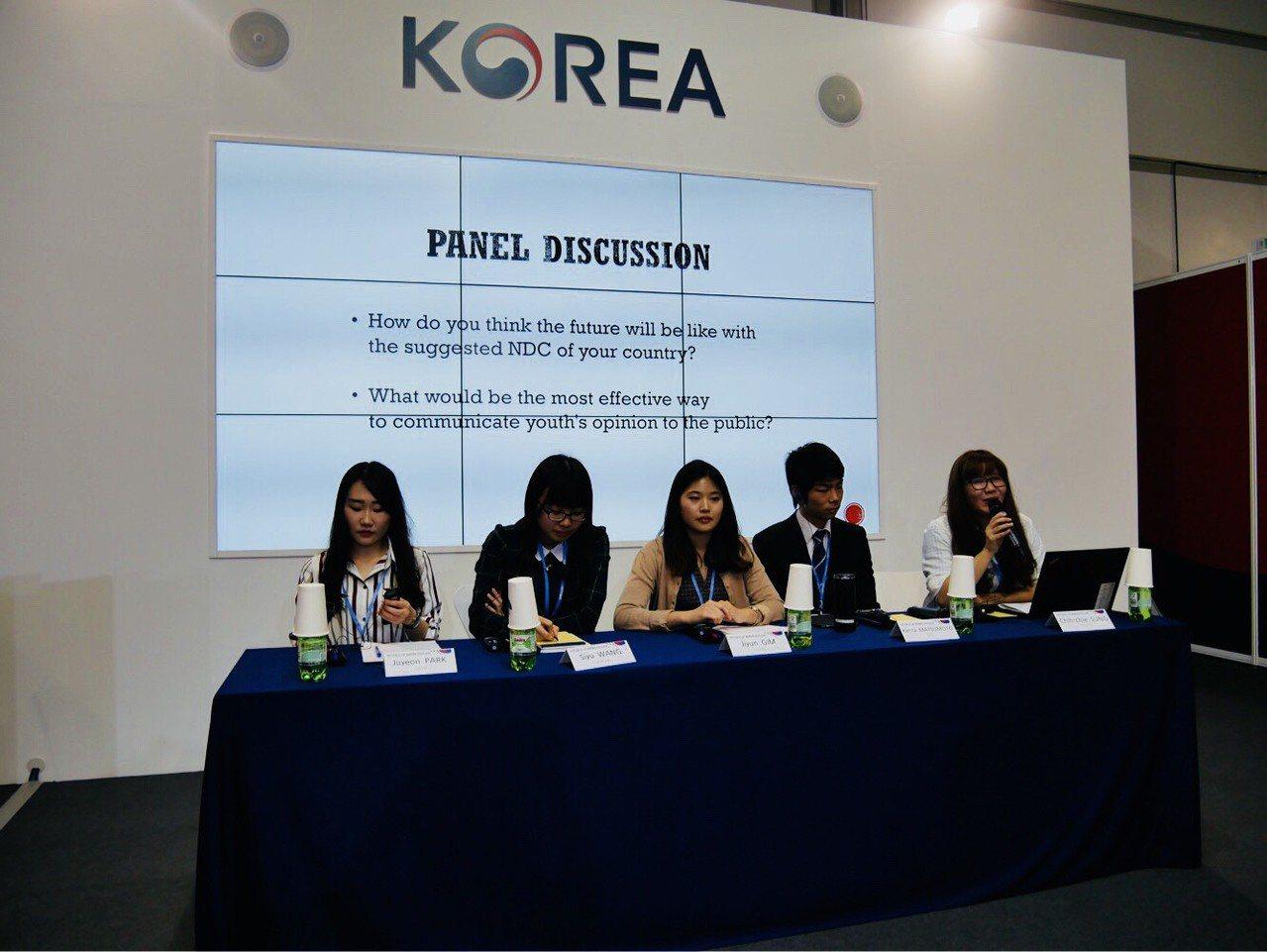 宋之琦代表台灣,與南韓、日本、中國青年共同於邊會分享青年氣候觀點。 圖/台灣青年...