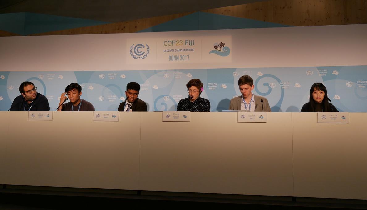 呂依庭(右一)於聯合國官方記者會發表YOUNGO第一周政策觀察與建議。圖/台灣青...