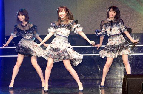 日本AKB48家族人氣成員指原莉乃、柏木由紀、峯岸南今天下午在台北花漾展演空間舉行訪台記者會。3人晚上在同地點舉行「AKB48 Group Fan Meeting in TAIWAN」見面握手會,與...
