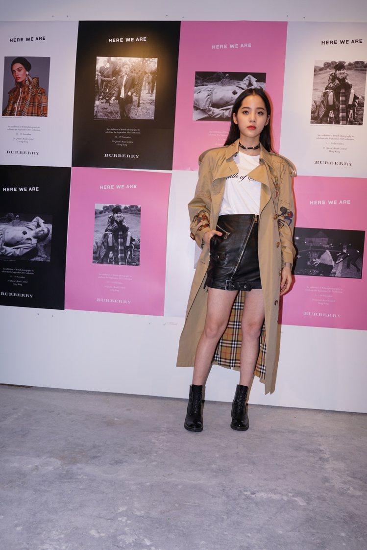 歐陽娜娜身穿經典的大衣與格紋裙出席BURBERRY香港攝影展開幕活動。圖/BUR...