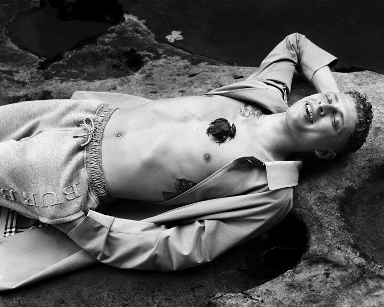 攝影作品包括Alasdair McLellan拍攝Blondey McCoy身穿...