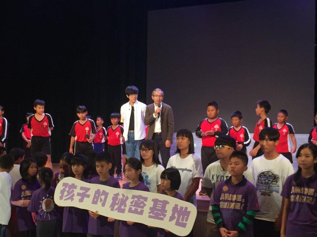 吳念真(中右)與盧廣仲(中左)共同出席「孩子秘密基地」公益活動。圖/全家便利商店