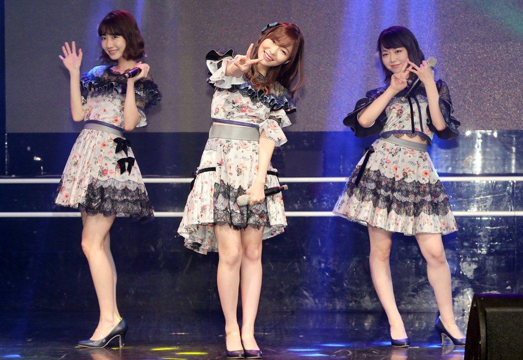 日本AKB48家族人氣成員指原莉乃(中)、柏木由紀(左)、峯岸南(右),昨天在花