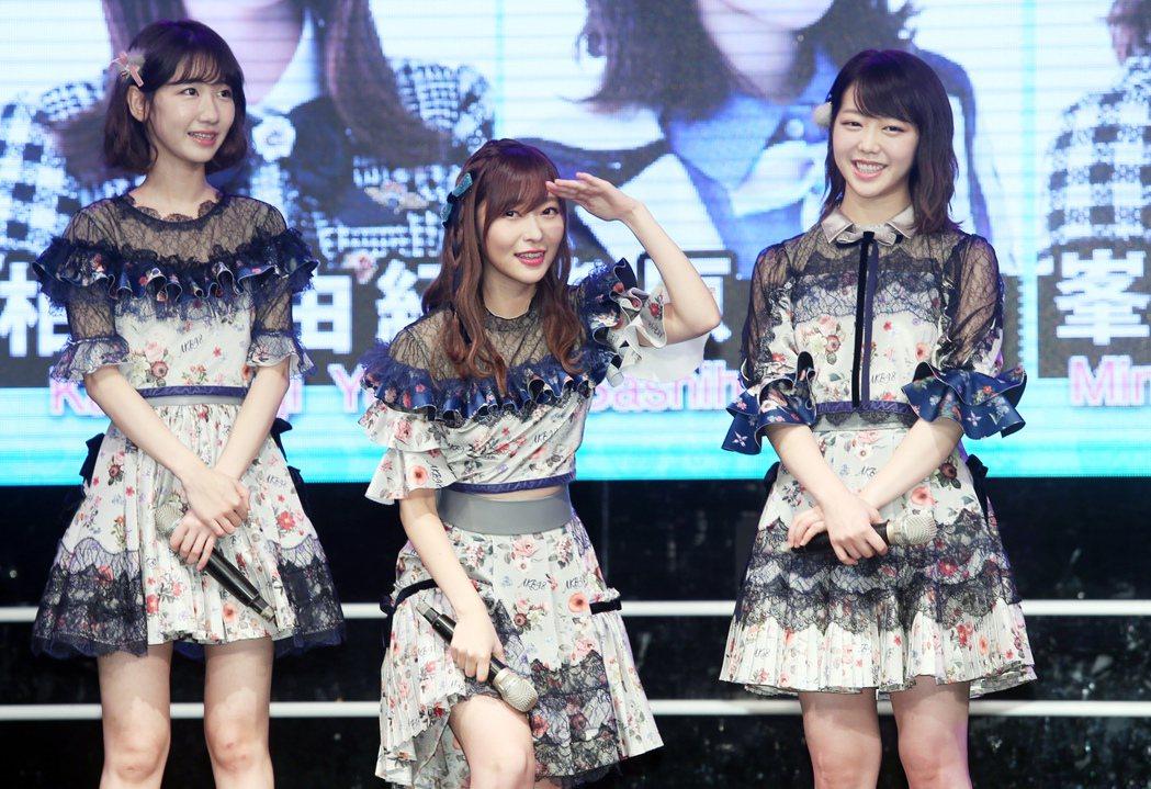 日本AKB48家族人氣成員指原莉乃(中)、柏木由紀(左)、峯岸南(右),昨天在花...