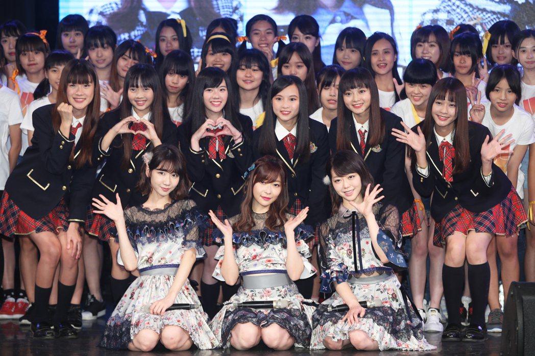 3人和參加姊妹團「TPE48」甄選的50名台灣小女生合影。記者徐兆玄/攝影