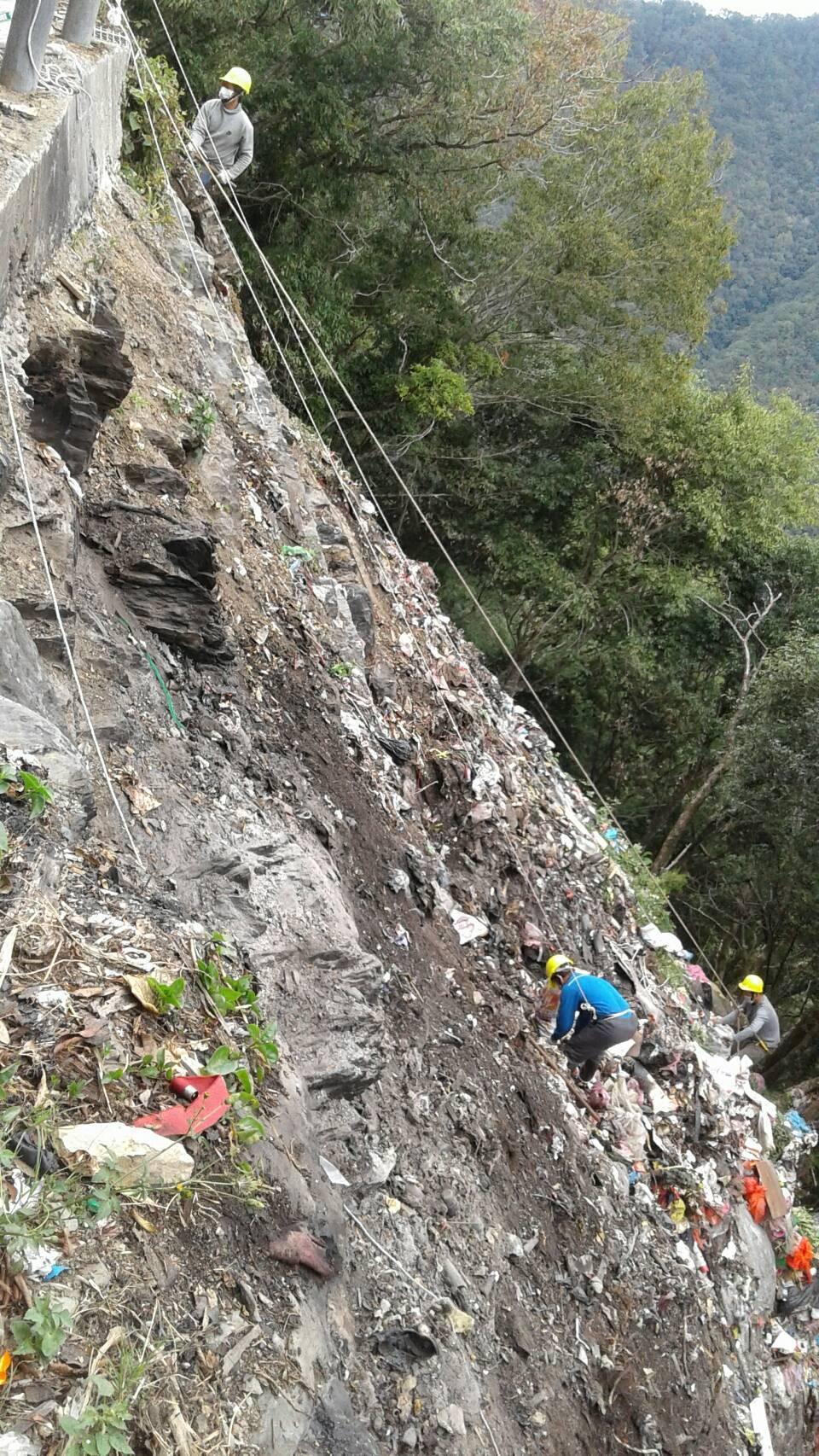 通往司馬庫斯部落的唯一聯絡道路邊坡下原本有條「垃圾瀑布」,新竹縣尖石鄉清潔隊員、...