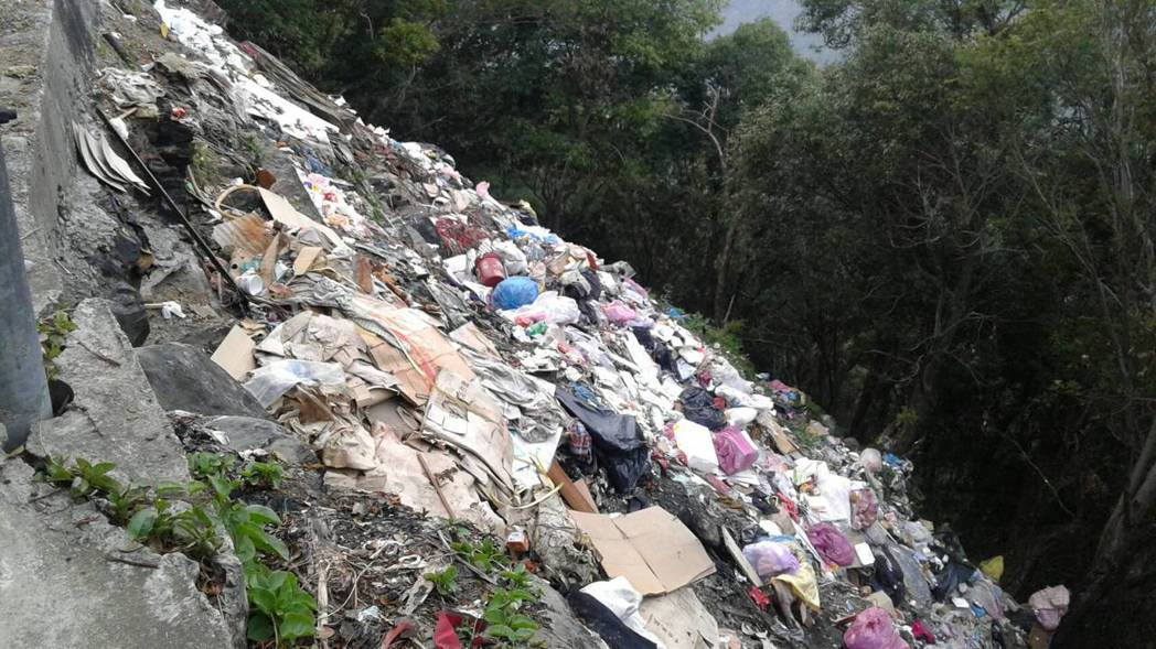 通往司馬庫斯部落的唯一聯絡道路邊坡下遭人丟棄的垃圾,因數量太多,有如一條「垃圾瀑...