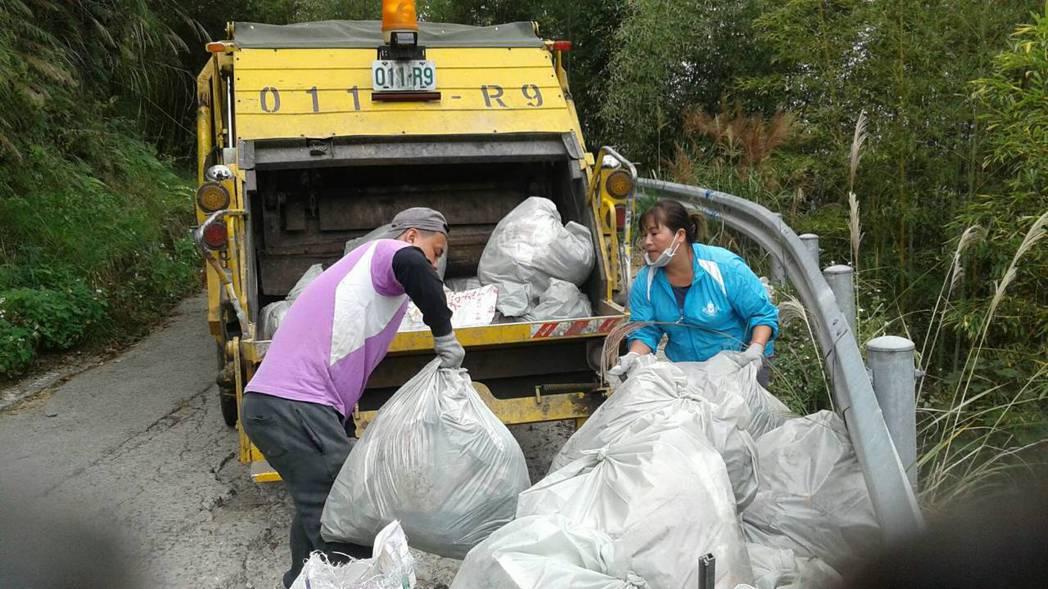 清潔人員將垃圾分類好再丟進垃圾車輛。記者陳妍霖/翻攝