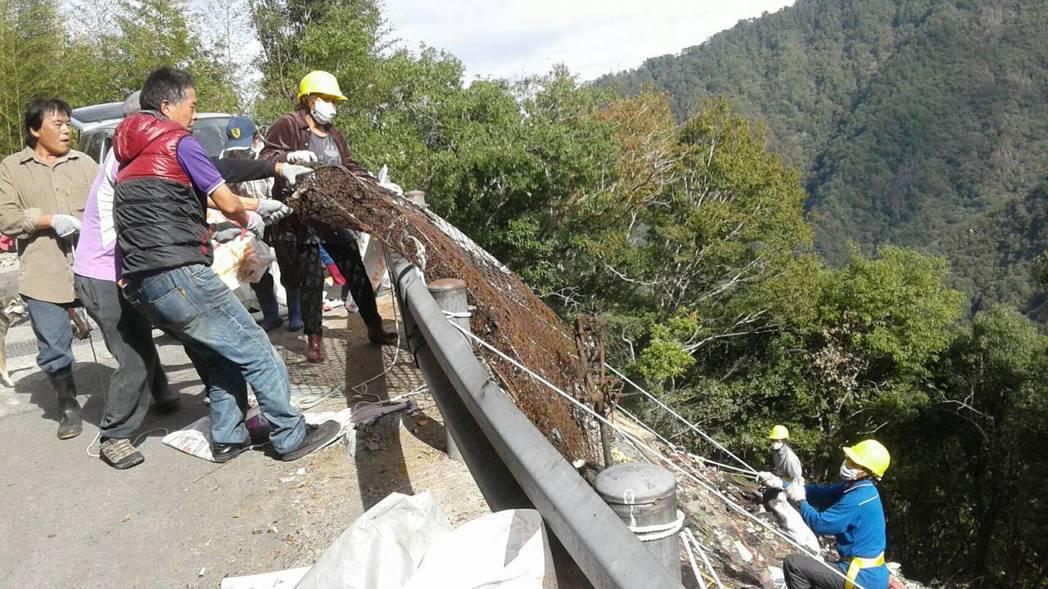 清潔人員靠人力將底下的廢棄鐵網拉上來。記者陳妍霖/翻攝