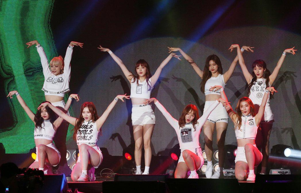 南韓新女子團體Weki Meki來台舉辦粉絲見面會,開場以帶點小性感的舞蹈,為粉