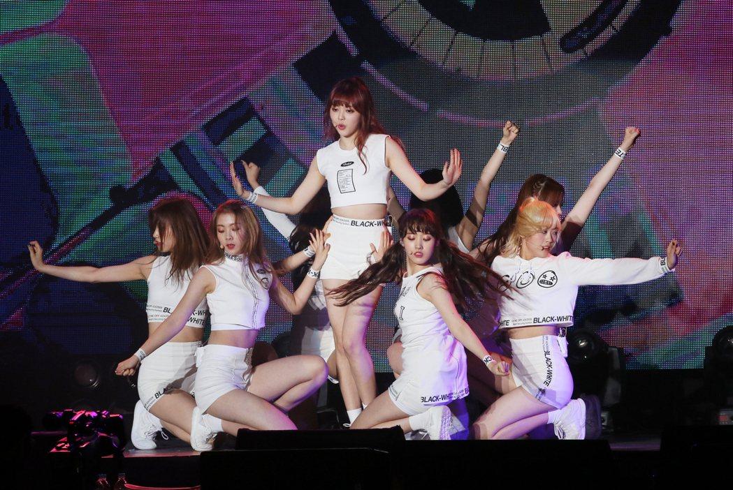 南韓新女子團體Weki Meki來台舉辦粉絲見面會,開場以帶點小性感的舞蹈,為粉...