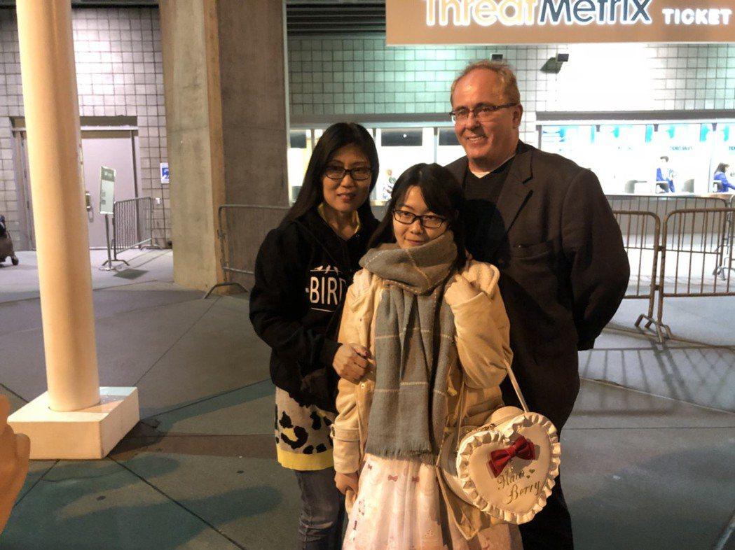 歌迷小公舉(中)和爸媽一起來看演唱會。記者梅衍儂/攝影