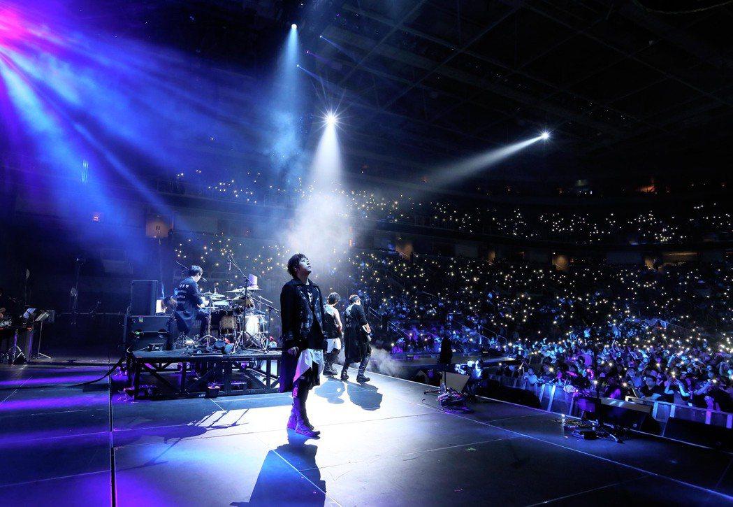 五月天於美西時間10日晚間8點在聖荷西SAP中心舉辦演唱會,吸引萬名歌迷到場。圖...