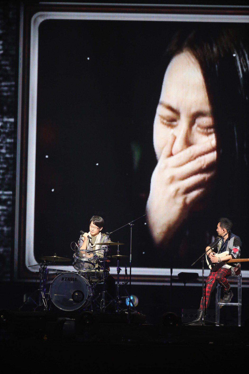 五月天去年在台北小巨蛋開唱,觀看當年冠佑求婚畫面。記者陳瑞源/攝影