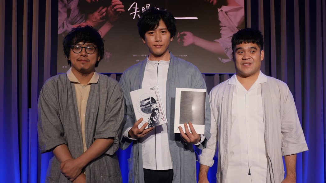 莫子儀(中)與黃裕翔(右)、音樂總監日京江第一次合作新型音樂劇「失眠的人」。圖/...