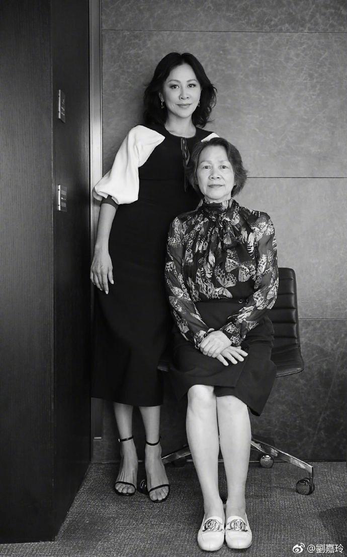 劉嘉玲發布和媽媽合照,祝媽媽生日快樂。圖/摘自微博