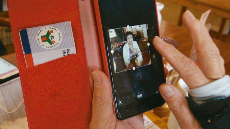雲林縣文化處志工隊長蔡美玲是隊友口中的手機達人,不僅會用臉書、LINE,還會下載...