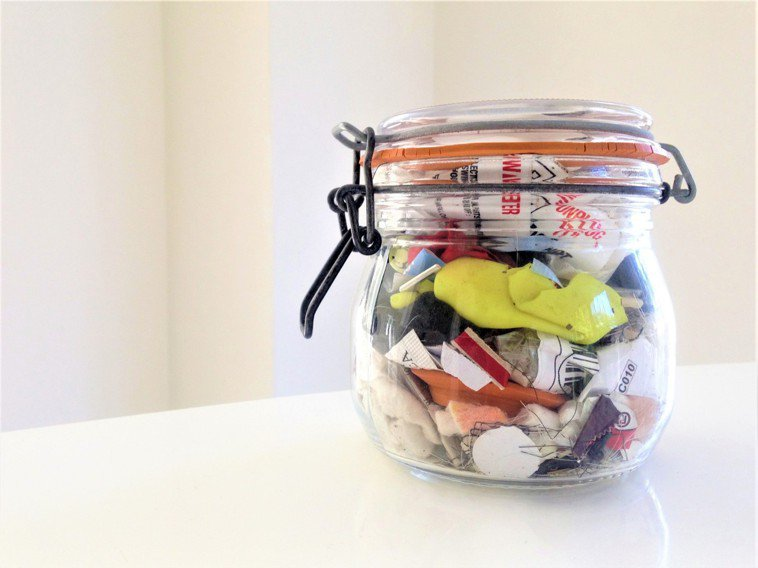 作者貝亞.強森一家四口2016年所製造的垃圾僅只有半公升。 圖/摘自遠流出版《我...