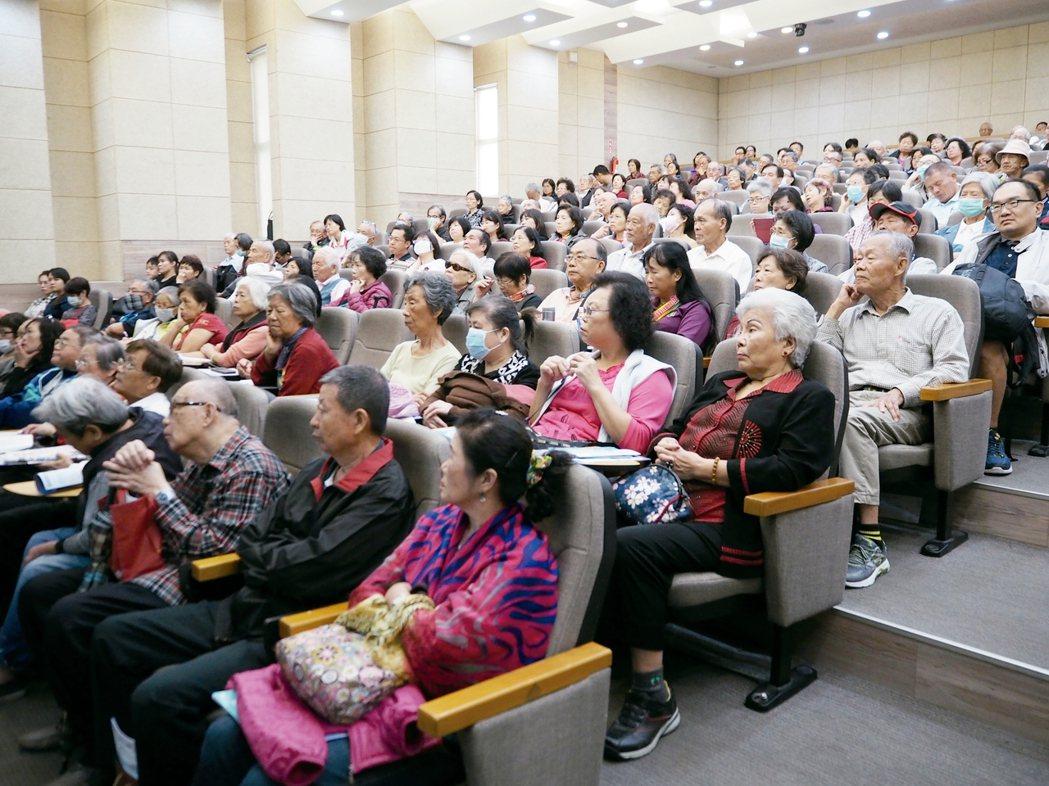 元氣講座在逢甲大學國際會議廳舉行,現場湧進300多名讀者參與。 記者喻文玟/攝影