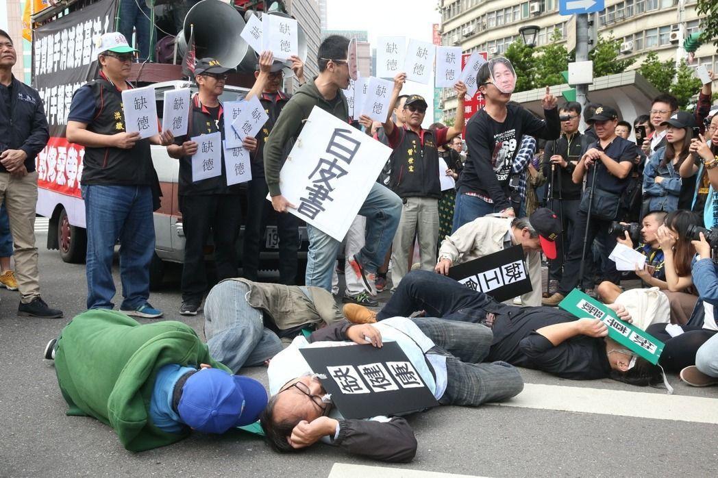 勞基法修法草案去年12月2日在立法院協商、闖關,工鬥團體在立法院外集結抗議,社運...