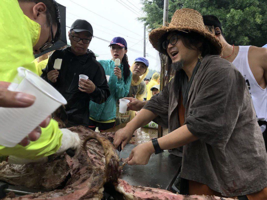 田中馬拉松補給站各式點心與飲料應有盡有,今年甚至有烤全羊和烤乳豬,今年為田中馬唱...