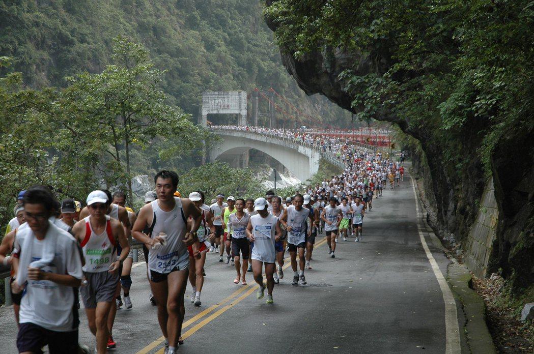 一萬多名國內外選手參加太魯閣國際馬拉松賽,在中橫公路跑出人龍,相當壯觀 。 圖/...
