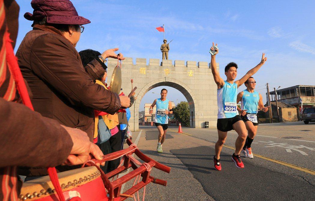2016金門馬拉松昨天上午正式開跑,參賽選手路跑路線行經金門著名景點「古寧頭」,...