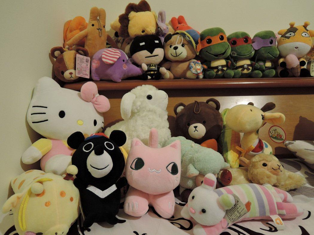 夾娃娃達人的床頭櫃擺滿了戰利品,3C產品則是上網拍賣。 記者陳珮琦/攝影