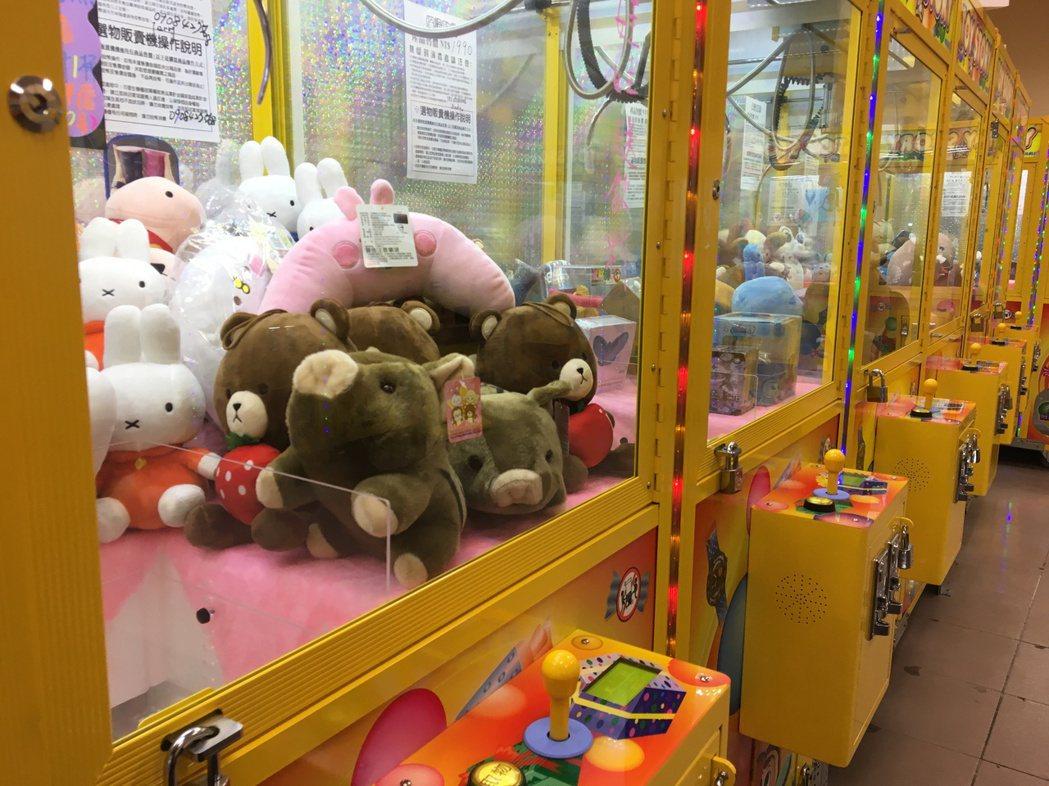 夾娃娃機近月大舉攻占街頭,不少閒置店面都有多台夾娃娃機機台進駐。 記者張裕珍/攝...